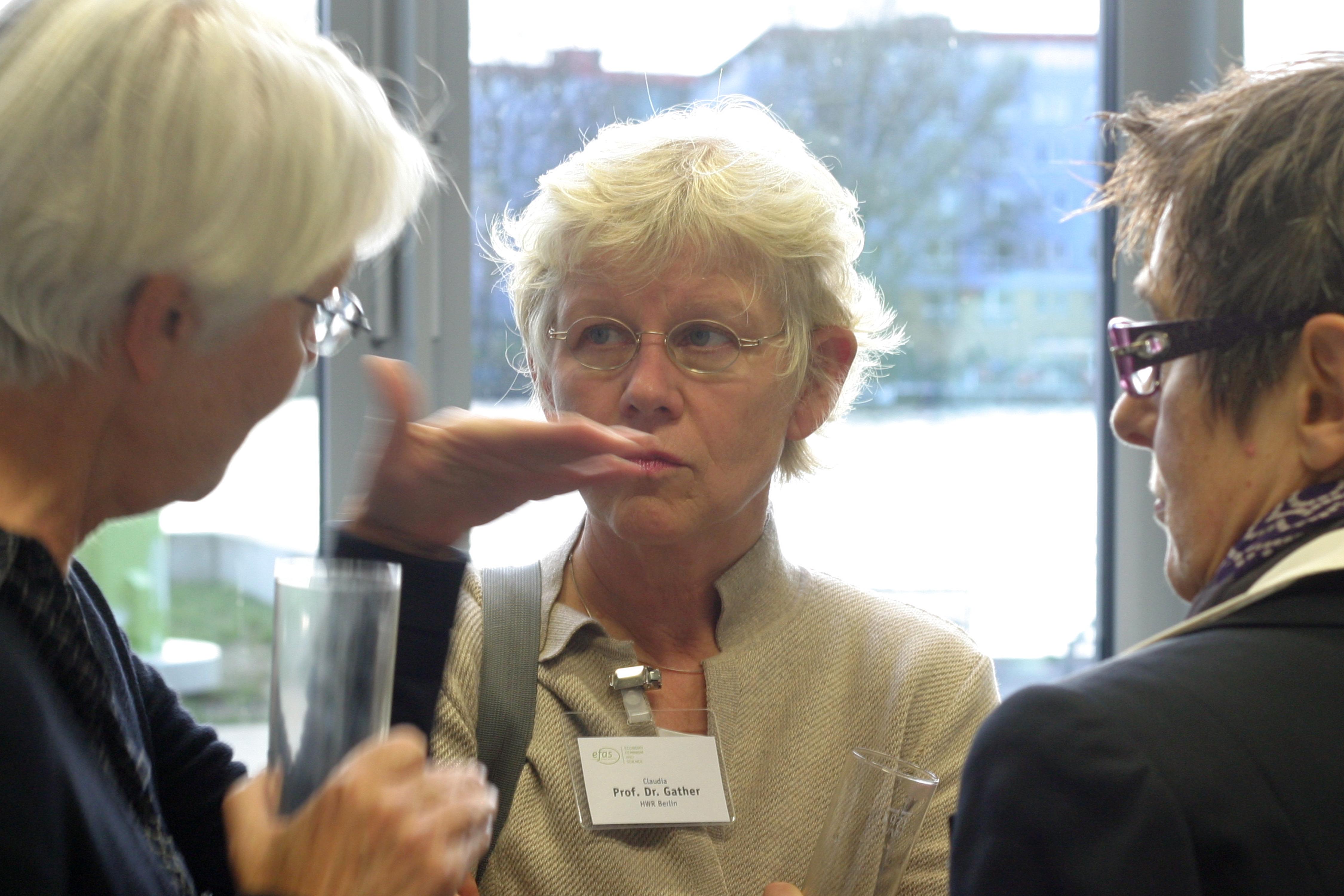 """Prof. Dr. Friederike Maier, Prof. Dr. Claudis Gather und Prof. Dr. Dorothea Schäfer sind bei der 13. efas-Fachtagung zum Thema """"Europa in der Krise - Zugänge und Ergebnisse der ökonomischen Geschlechterforschung"""" im Gespräch."""